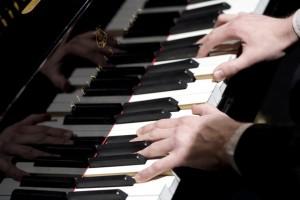 Pianisti Janne Maarala kädet koskettimilla toivekonsertti